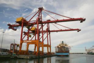 A container crane at the Port of Melbourne facilitating large ship in port (Photo: Wongm via wikicommons)